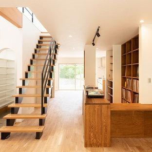 京都の木のミッドセンチュリースタイルのおしゃれな階段 (金属の手すり) の写真