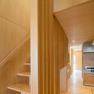 Diseño de escalera recta, asiática, de tamaño medio, sin contrahuella, con escalones de madera y barandilla de madera