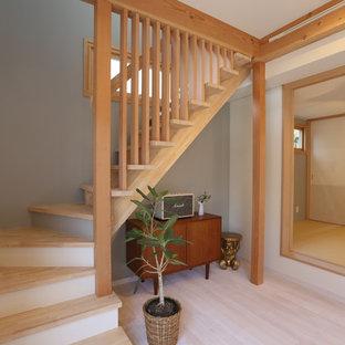 他の地域の木の北欧スタイルのおしゃれなオープン階段 (木材の手すり) の写真