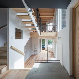 札幌の木のモダンスタイルのおしゃれな直階段 (木の蹴込み板、木材の手すり) の写真