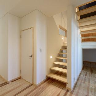 他の地域の木のモダンスタイルのおしゃれなオープン階段の写真