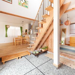 他の地域の木のアジアンスタイルのおしゃれなオープン階段 (混合材の手すり) の写真
