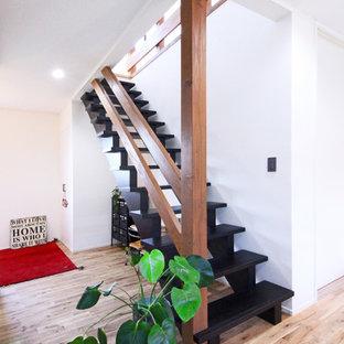 他の地域のインダストリアルスタイルのおしゃれな階段 (木材の手すり) の写真
