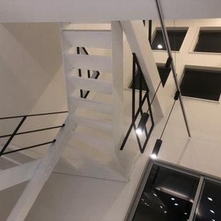 Ejemplo de escalera en U y papel pintado, minimalista, de tamaño medio, sin contrahuella, con escalones de madera, barandilla de metal y papel pintado