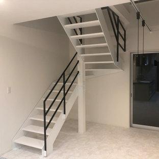 Imagen de escalera en U y papel pintado, minimalista, de tamaño medio, sin contrahuella, con escalones de madera, barandilla de metal y papel pintado