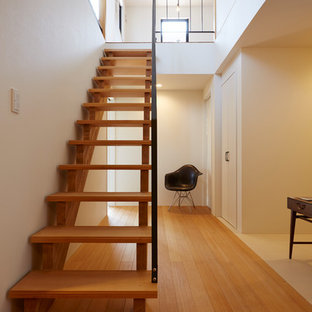 他の地域の小さい木のアジアンスタイルのおしゃれな階段 (金属の手すり) の写真