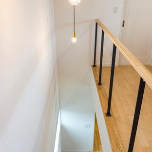Modelo de escalera recta y papel pintado con escalones de madera, contrahuellas de madera, barandilla de metal y papel pintado