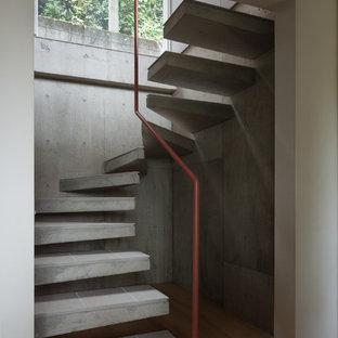 他の地域のコンクリートのコンテンポラリースタイルのおしゃれな階段 (金属の手すり) の写真