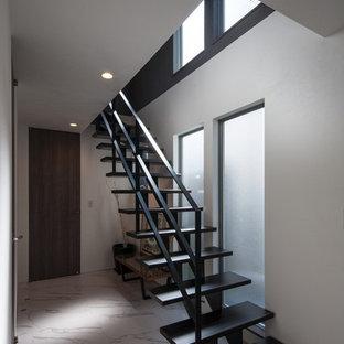 他の地域の中サイズの木のモダンスタイルのおしゃれな階段 (金属の手すり) の写真