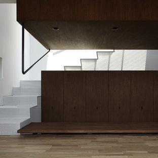 他の地域の金属製のコンテンポラリースタイルのおしゃれなかね折れ階段 (金属の蹴込み板) の写真