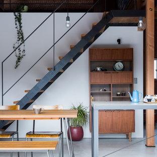 Foto de escalera recta, industrial, de tamaño medio, sin contrahuella, con escalones de madera y barandilla de metal