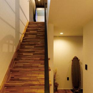 Modelo de escalera recta y papel pintado, moderna, pequeña, con escalones de madera, contrahuellas de madera, barandilla de metal y papel pintado