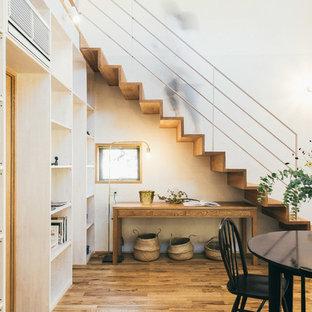 Diseño de escalera recta, de estilo zen, con escalones de madera, contrahuellas de madera y barandilla de metal