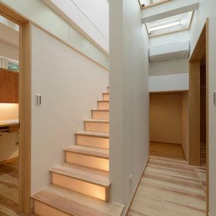 他の地域の小さい木のモダンスタイルのおしゃれな階段の写真