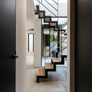 Foto de escalera papel pintado, minimalista, con escalones de madera, barandilla de metal y papel pintado