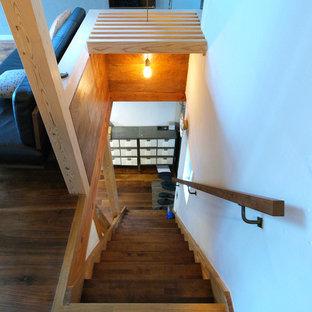 東京23区の木のミッドセンチュリースタイルのおしゃれな直階段 (木の蹴込み板、木材の手すり) の写真