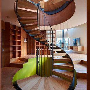 東京23区の木のコンテンポラリースタイルの階段の画像 (金属の手すり)