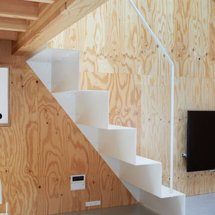 東京23区の金属製のアジアンスタイルのおしゃれな直階段 (金属の蹴込み板、金属の手すり) の写真