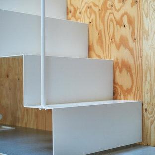 東京23区の小さい金属製のおしゃれな階段 (金属の蹴込み板、金属の手すり) の写真