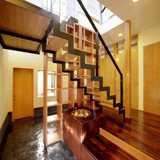 福岡の木のモダンスタイルのおしゃれな階段 (金属の手すり) の写真