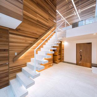 На фото: лестница на больцах в восточном стиле с металлическими перилами без подступенок с