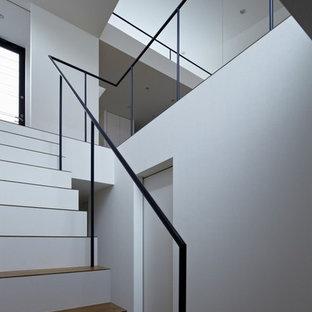 Diseño de escalera recta, moderna, con escalones de madera pintada, contrahuellas de madera y barandilla de metal