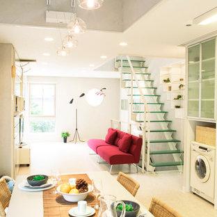 東京23区の中サイズのガラスの北欧スタイルのおしゃれな直階段の写真