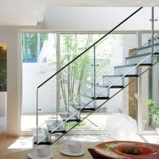 東京23区の中サイズの木の北欧スタイルのおしゃれな折り返し階段 (ガラスの蹴込み板) の写真