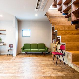 Foto de escalera recta, contemporánea, con escalones de madera y contrahuellas de madera