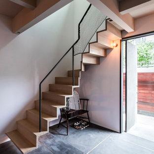 他の地域の木のコンテンポラリースタイルのおしゃれな階段 (金属の手すり) の写真