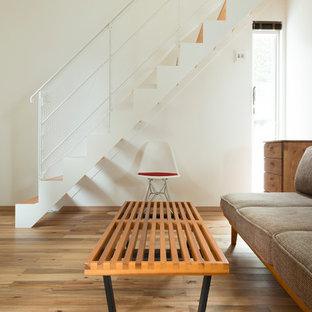 他の地域の木のモダンスタイルのおしゃれな直階段 (木の蹴込み板) の写真