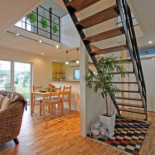 他の地域の木のビーチスタイルのおしゃれな階段 (金属の手すり) の写真