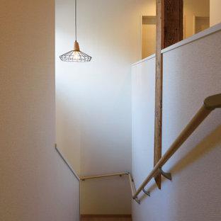 Diseño de escalera en U y papel pintado, campestre, con escalones de madera, contrahuellas de madera, barandilla de madera y papel pintado