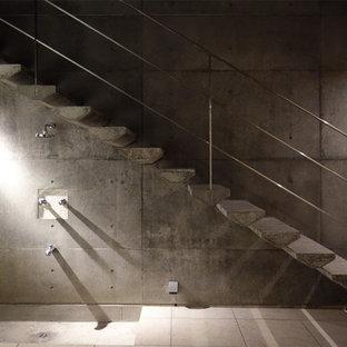 東京都下のコンクリートのモダンスタイルのおしゃれな階段の写真