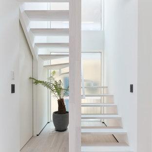 Diseño de escalera suspendida y papel pintado, minimalista, pequeña, sin contrahuella, con escalones de madera, barandilla de madera y papel pintado