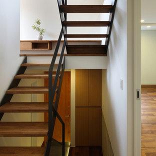 神戸の木のアジアンスタイルのおしゃれな階段 (金属の手すり) の写真