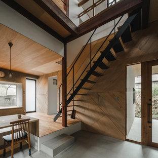 Idee per un'ampia scala a rampa dritta etnica con pedata in legno, nessuna alzata e parapetto in metallo