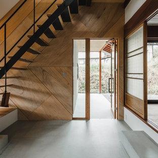 他の地域の巨大な木の和風のおしゃれな階段 (金属の手すり) の写真