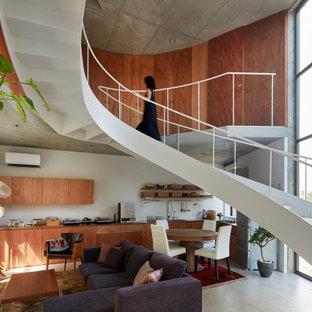 Foto de escalera curva y madera, urbana, con barandilla de metal y madera