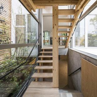 東京23区の木のコンテンポラリースタイルのおしゃれな階段 (金属の手すり) の写真