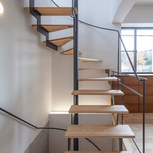 Diseño de escalera en U, asiática, pequeña, sin contrahuella, con escalones de madera y barandilla de metal