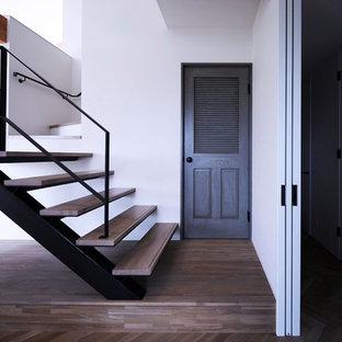 名古屋の小さい木のコンテンポラリースタイルのおしゃれな階段 (金属の手すり) の写真