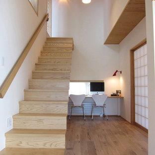 他の地域の木の北欧スタイルのおしゃれな直階段 (木の蹴込み板、木材の手すり) の写真