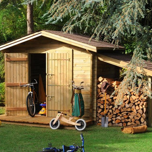 Example of a small mountain style detached garden shed design in Paris