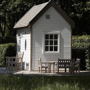 Cette photo montre un petit abri de jardin séparé chic avec un abri de jardin.