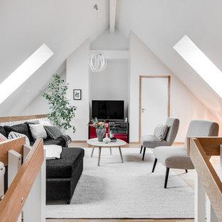 Inspiration för mellanstora nordiska allrum med öppen planlösning, med vita väggar och ljust trägolv