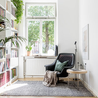 Inspiration för nordiska allrum, med vita väggar, ljust trägolv och beiget golv