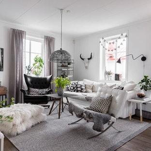 Idéer för ett stort skandinaviskt allrum med öppen planlösning, med ett bibliotek, vita väggar och mörkt trägolv