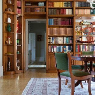 Idéer för att renovera ett stort vintage avskilt allrum, med ett bibliotek, vita väggar och beiget golv