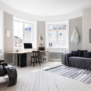 Idéer för mellanstora nordiska allrum med öppen planlösning, med ljust trägolv, beiget golv och grå väggar